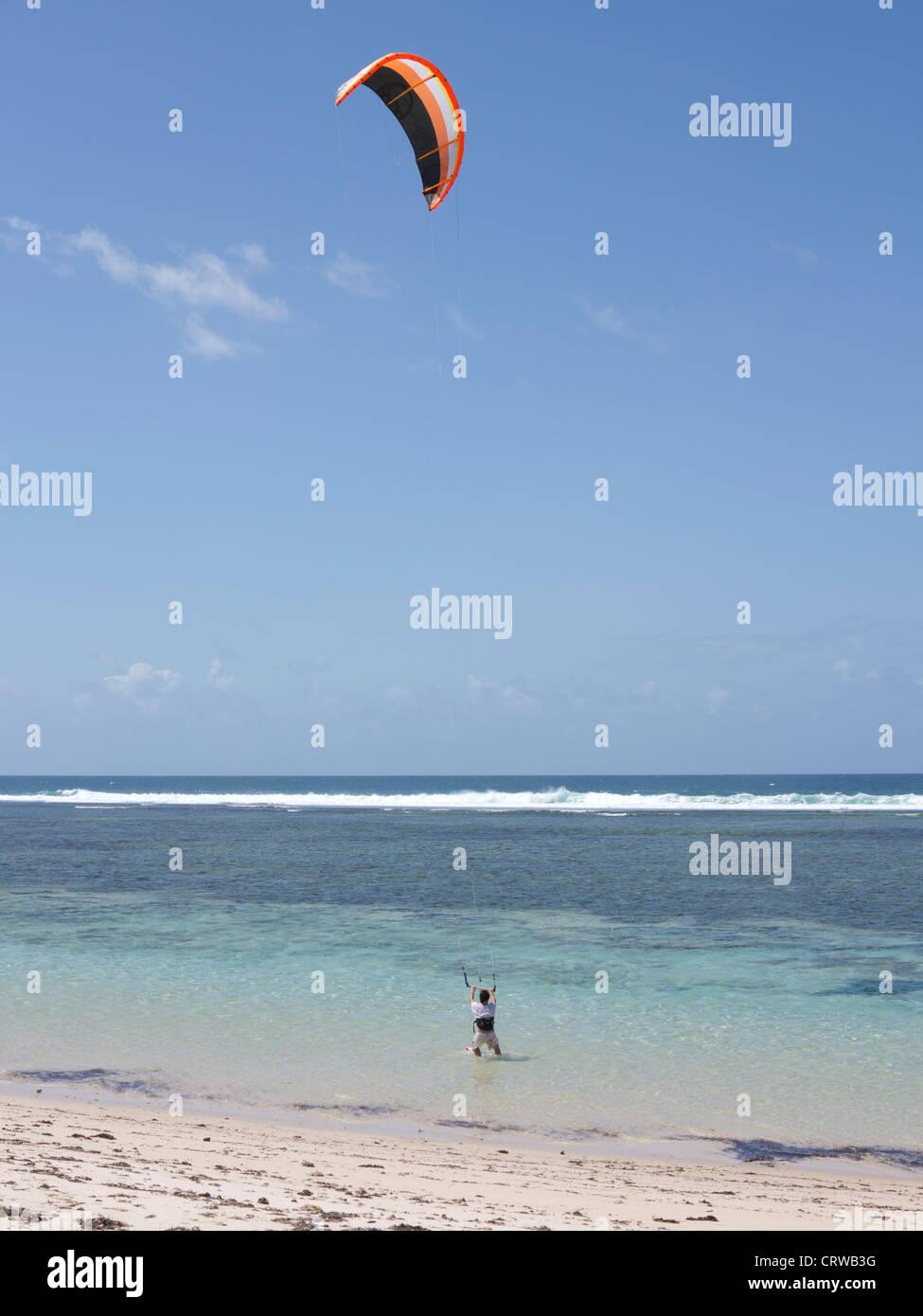 Turista wind surf en la playa de Tiwi, sobre la costa del Océano Índico, Kenya Imagen De Stock