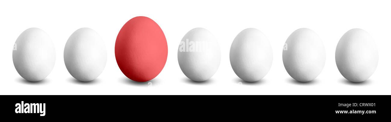 Un huevo grande rojo en una fila de pequeños huevos blancos Foto de stock