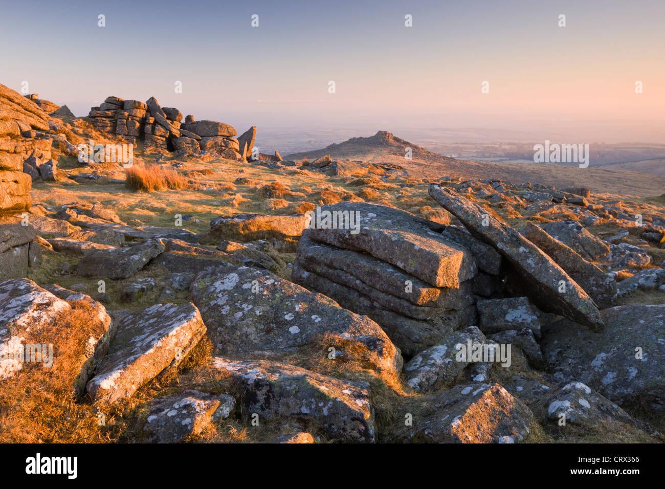 Rocas de granito roto en común Belstone al amanecer, Parque Nacional de Dartmoor, Devon, Inglaterra. Invierno Imagen De Stock