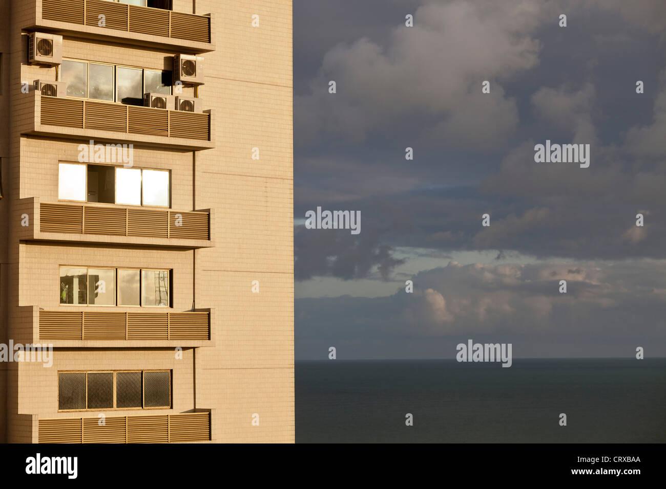 Apartamentos de clase media con varios aparatos de aire acondicionado, el alto consumo de electricidad Recife, Pernambuco, Imagen De Stock