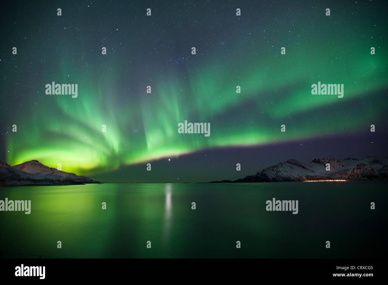 La Aurora Boreal la Aurora Boreal llenar el cielo a Kvaloya en el Círculo Polar Ártico cerca de Tromso, Imagen De Stock