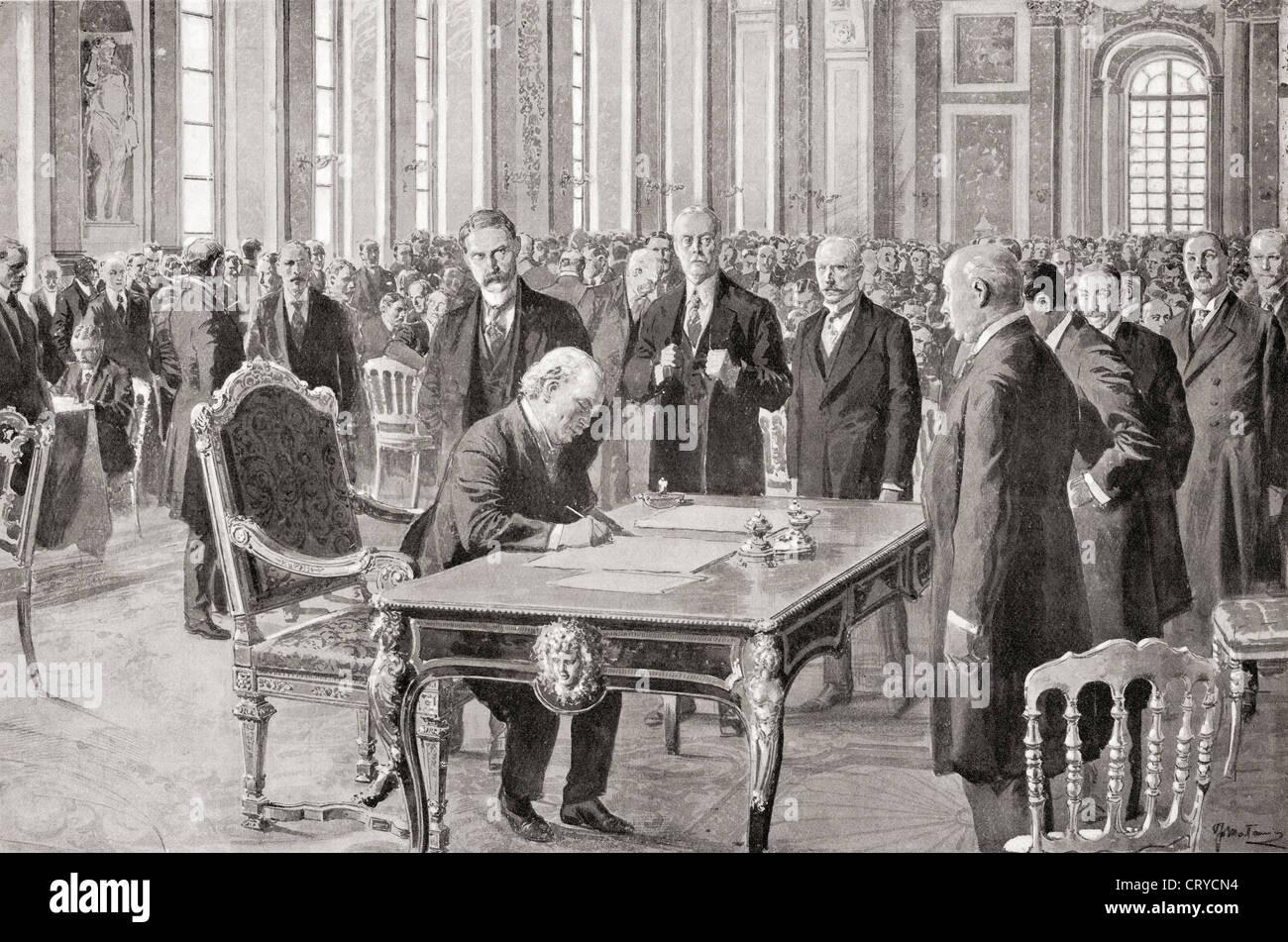 El Sr. Lloyd George firma el Tratado de Paz con Alemania, 28 de junio de 1919, en la Sala de los espejos, el Palacio Foto de stock