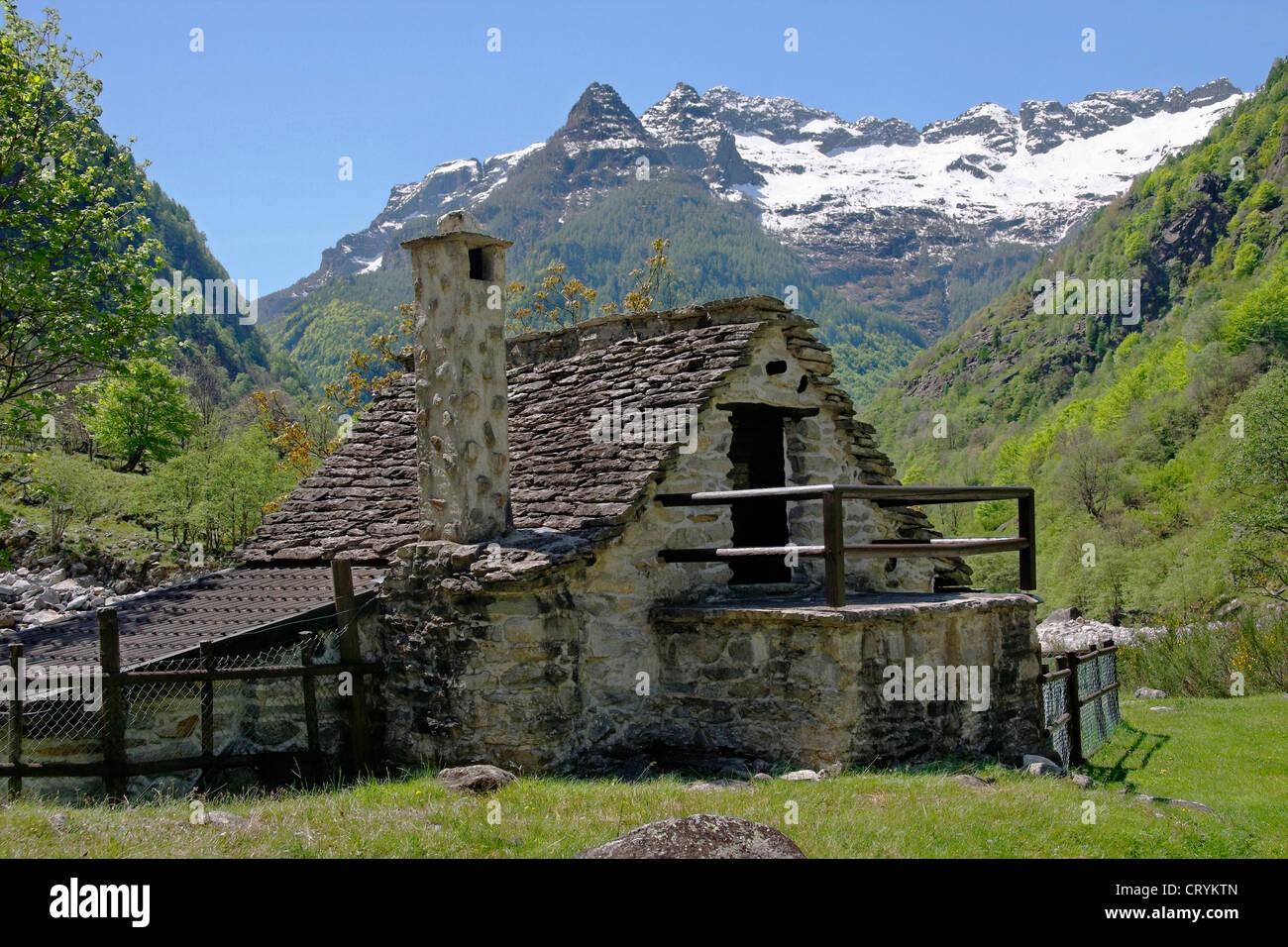 Rustico tradicional casa de piedra - Valle vegornesso - cantón de Ticino - Suiza Imagen De Stock