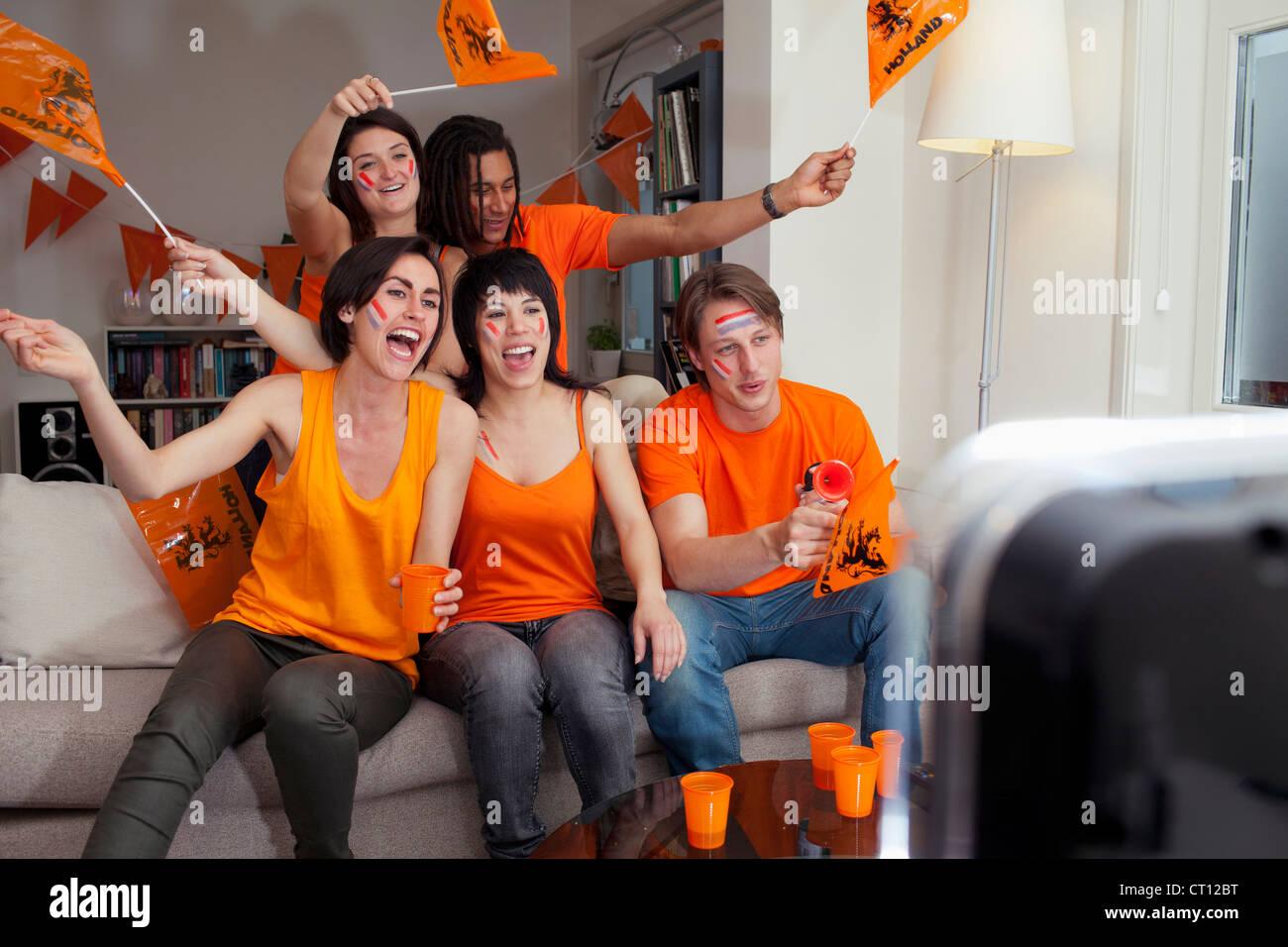 Amigos viendo deportes en la televisión Foto de stock