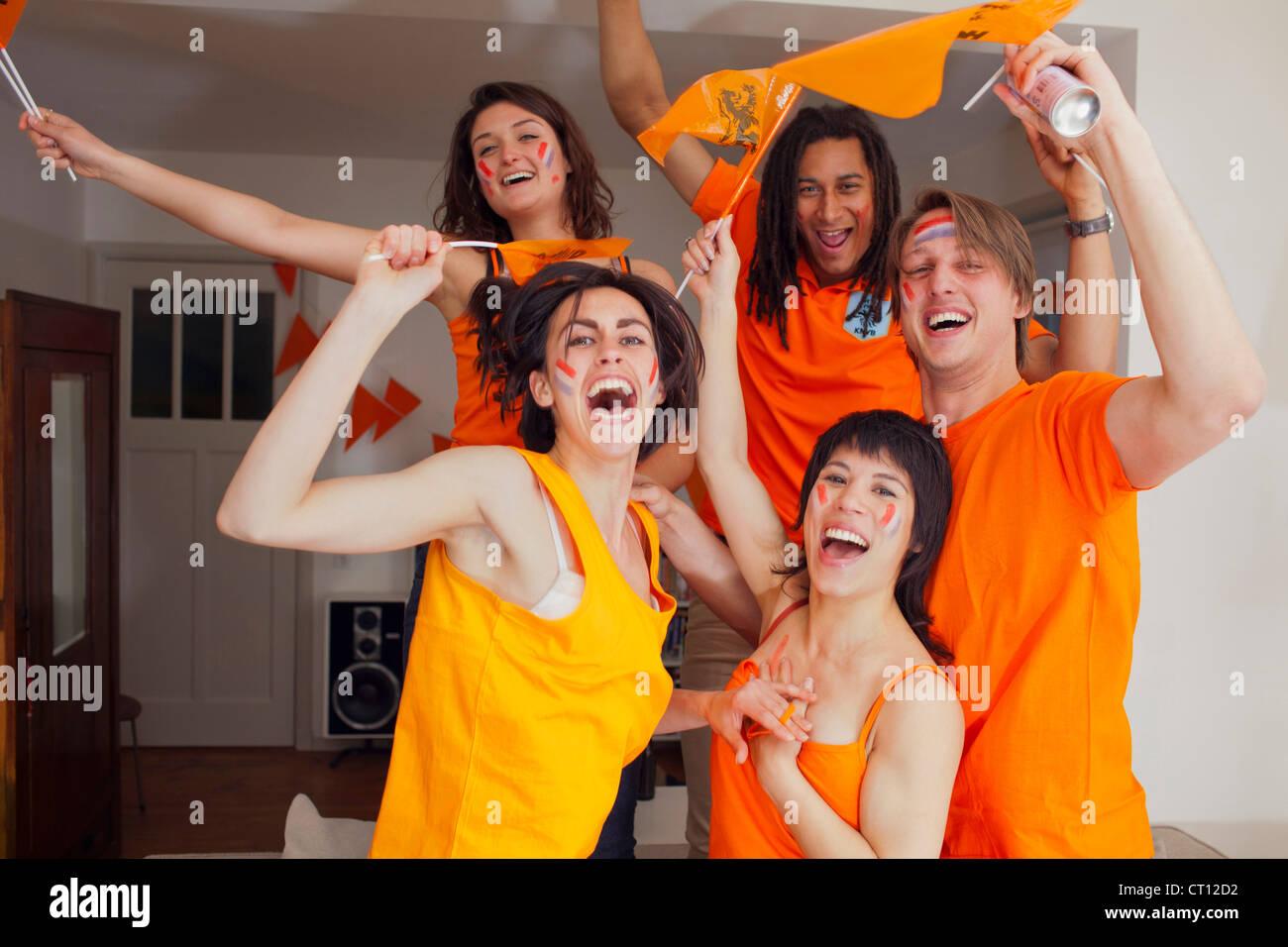 Amigos vítores para deportes juntos Foto de stock