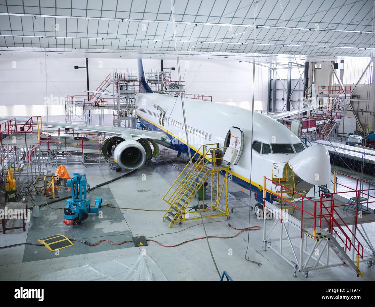 Avión construido en hangar Imagen De Stock