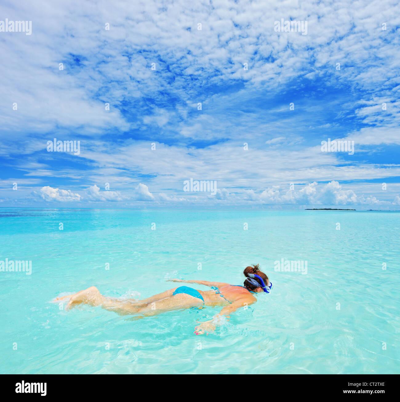 Una mujer con gafas de bucear bucear en Kuredu Island Resort, Maldivas, Lhaviyani Atoll Imagen De Stock