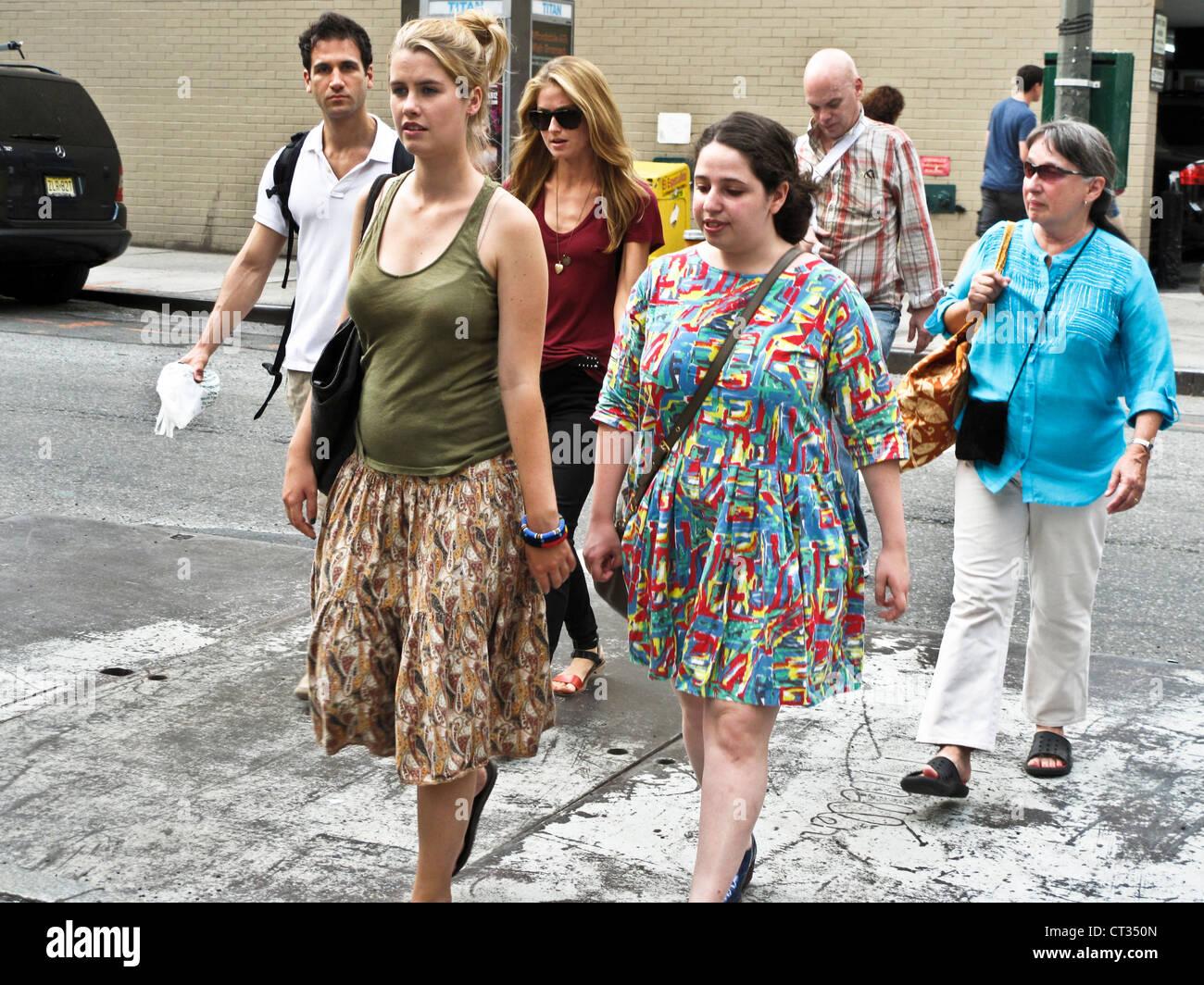 Grupo de turistas peatones cruzar la calle 51 con la octava avenida en los calurosos días de verano en Midtown, Imagen De Stock