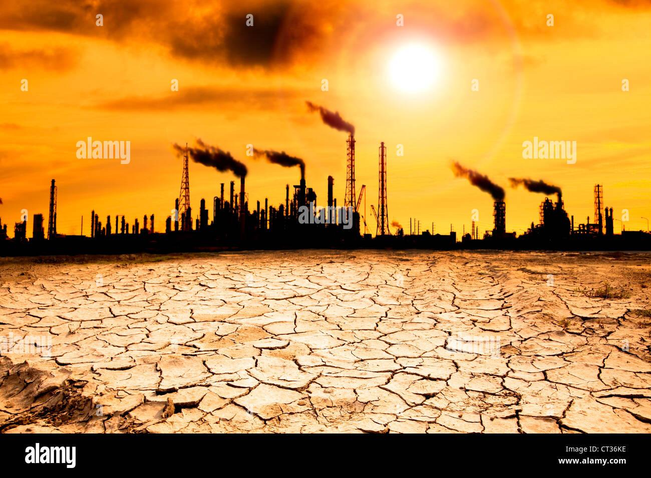Refinería con el humo y el concepto de calentamiento global Imagen De Stock