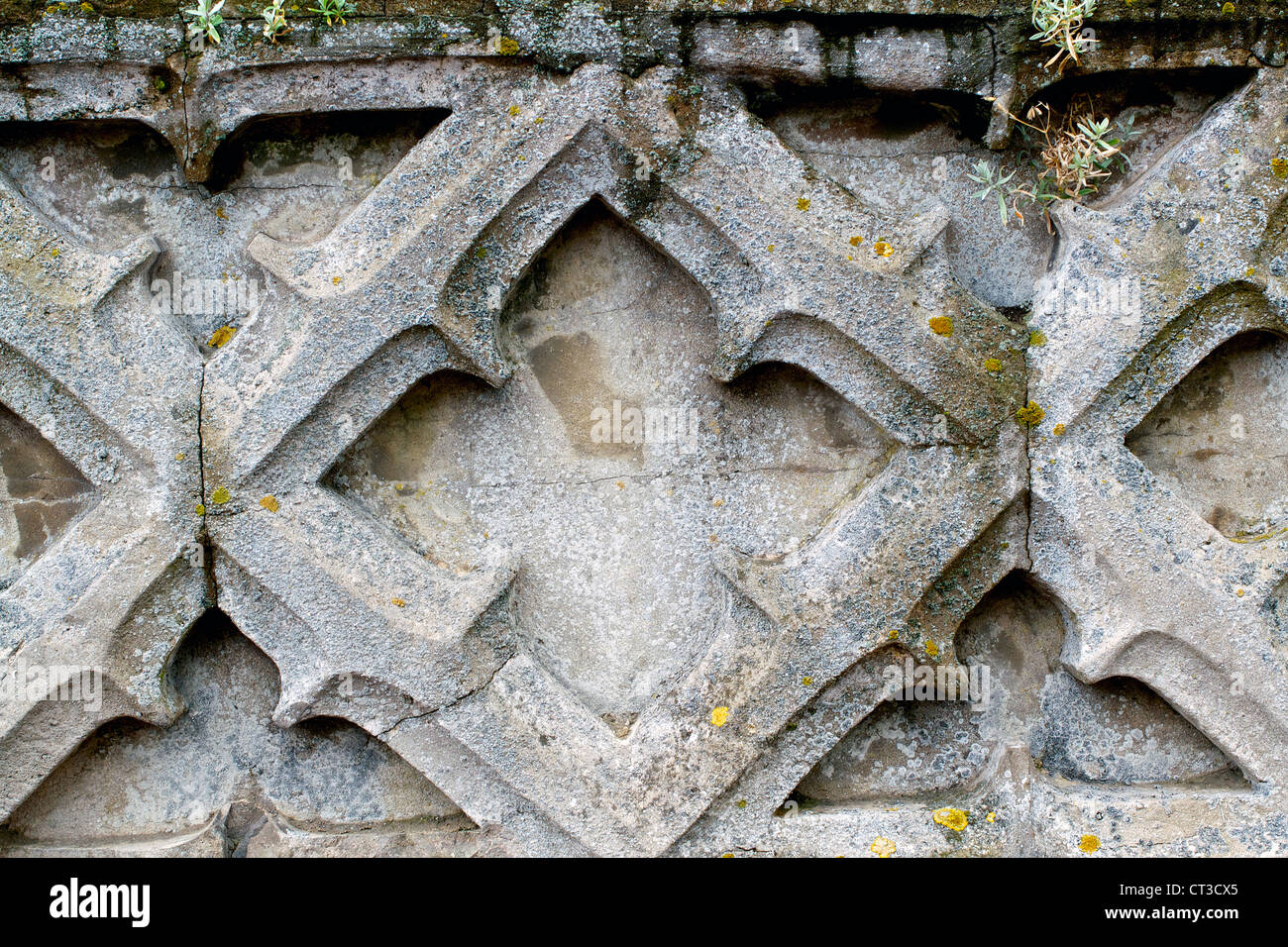 Un viejo muro con algún desgaste grave Imagen De Stock