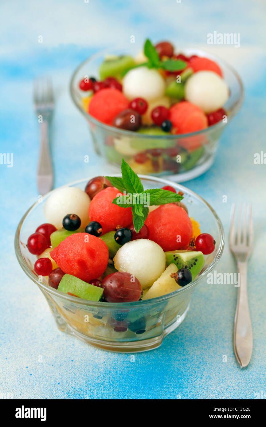 Ensalada de frutas con olor a azahar (flor de naranjo) receta disponibles. Foto de stock