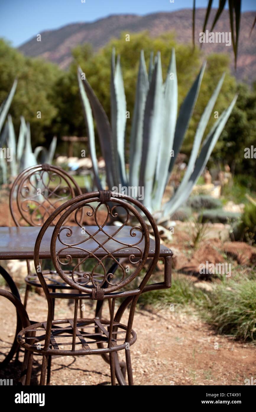 Tradicionales de hierro forjado, muebles de jardín, mesa y sillas en ...