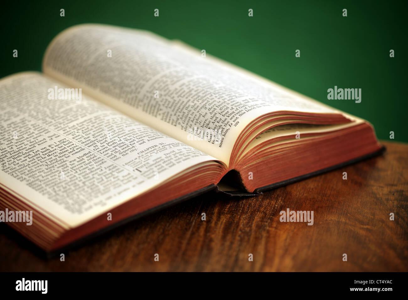 La Santa Biblia Imagen De Stock