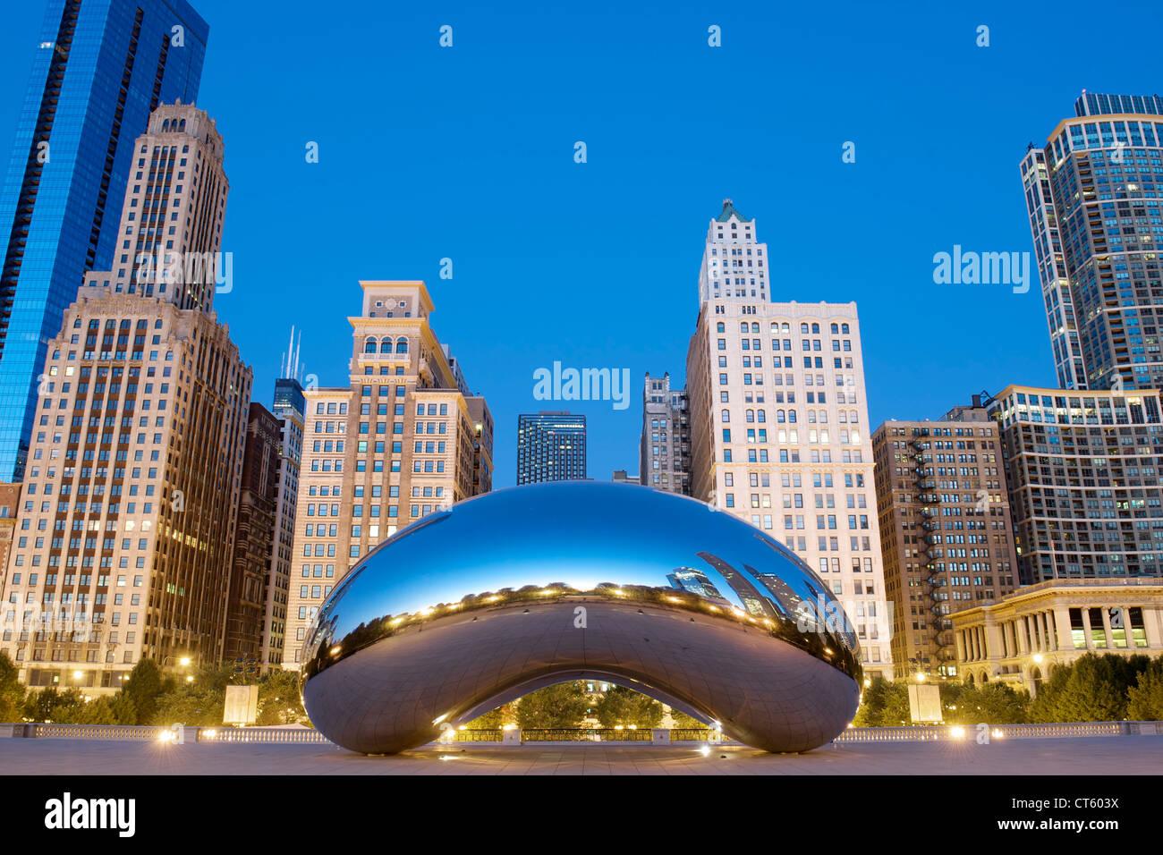 Vista del amanecer de la escultura Cloud Gate de Anish Kapoor en el Millennium Park de Chicago, Illinois, Estados Imagen De Stock