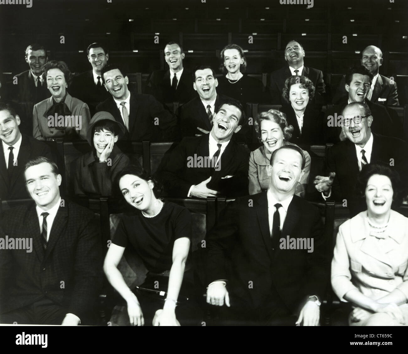 La gente en el teatro viendo la película Imagen De Stock