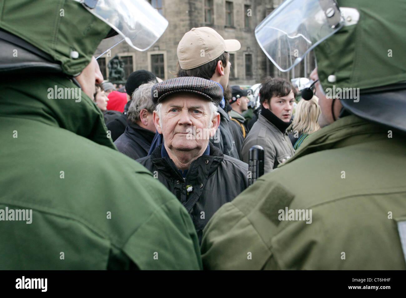 Manifestación contra la Antifa en NPD marzo en Dresde Imagen De Stock