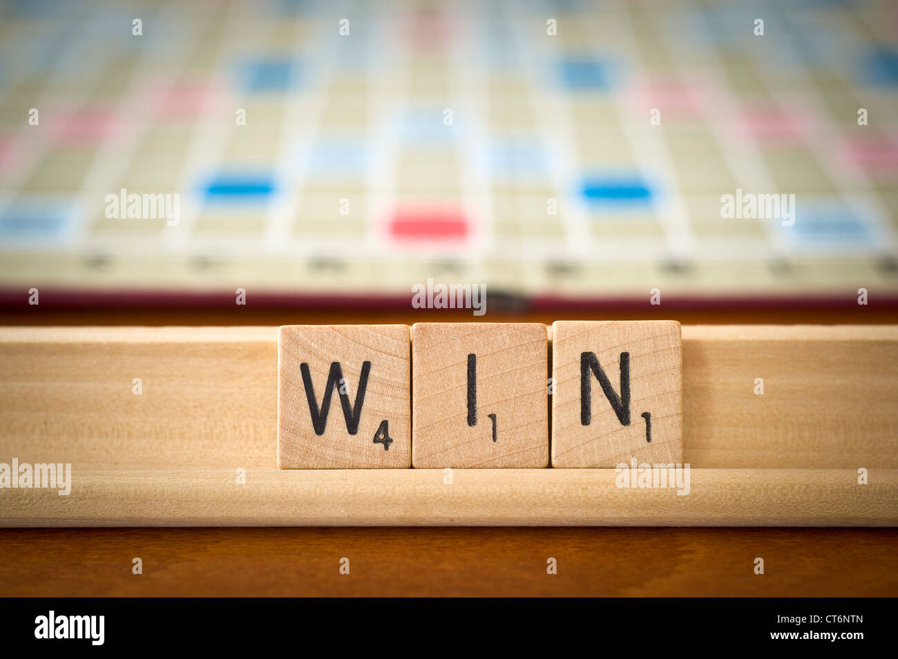 Win palabra deletreada con scrabble azulejos Imagen De Stock