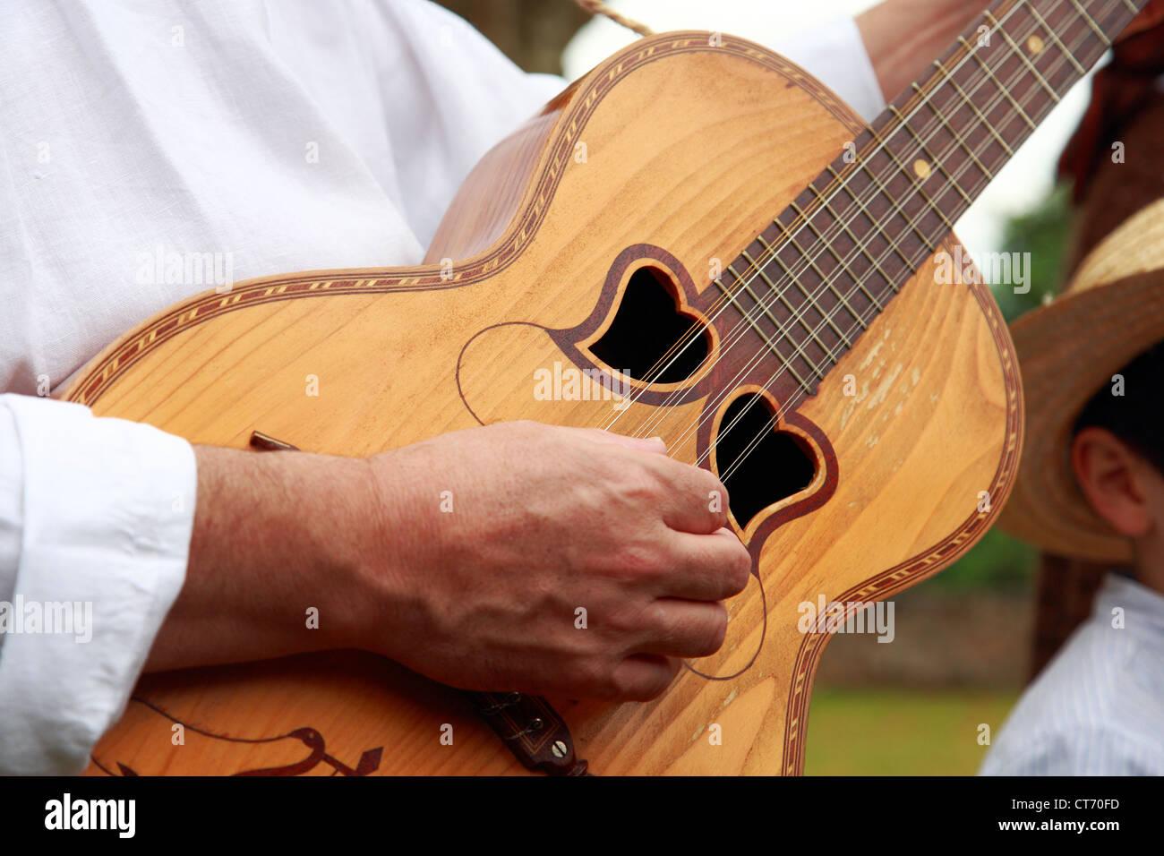 "El hombre tocando guitarra típica de las islas Azores. Nombre Local portugués es ""viola da terra"". Foto de stock"