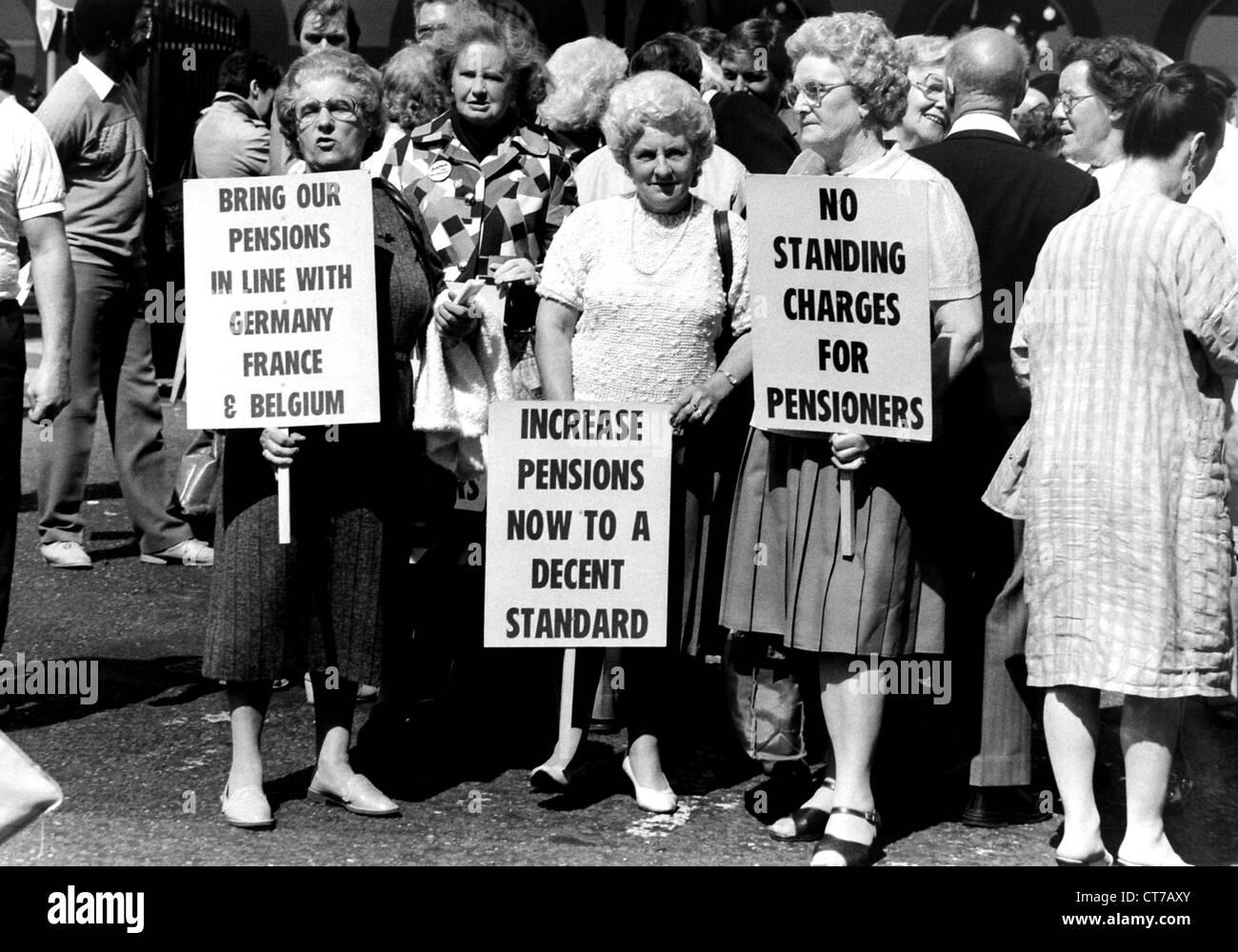 Los pensionistas femeninos de marzo a través de Brighton protestando por mayores pensiones en 1986 Foto de stock
