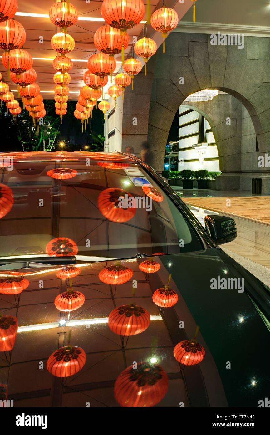 Linternas chinas fuera de un hotel de lujo, Singapur, Sudeste de Asia Foto de stock