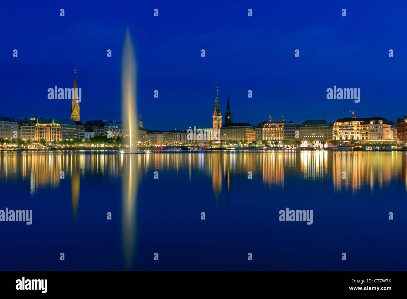 Hamburgo skyline tomada justo después del atardecer en la hora azul sobre el binnenalster. Foto de stock