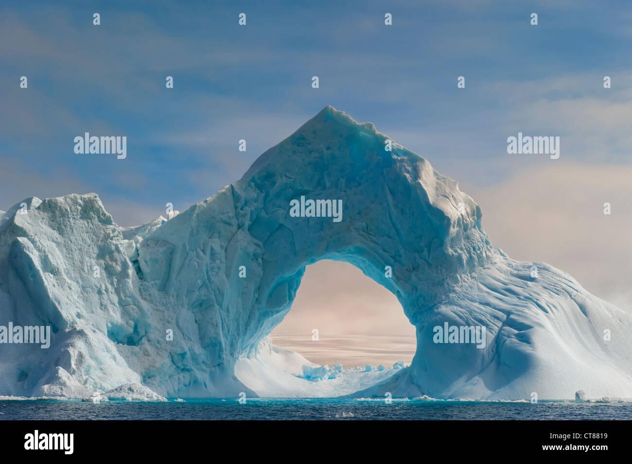 Arco Natural tallada en un iceberg, el Antarctic Sound, Península Antártica. Foto de stock