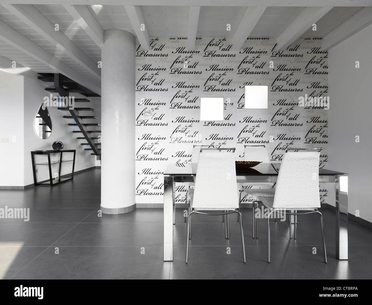 Mesa de comedor y sillas en un moderno comedor con papel pintado en ...