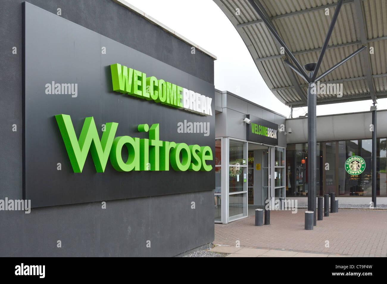 Signo Waitrose servicios Welcome Break fuera de la entrada de la autopista M1 Foto de stock