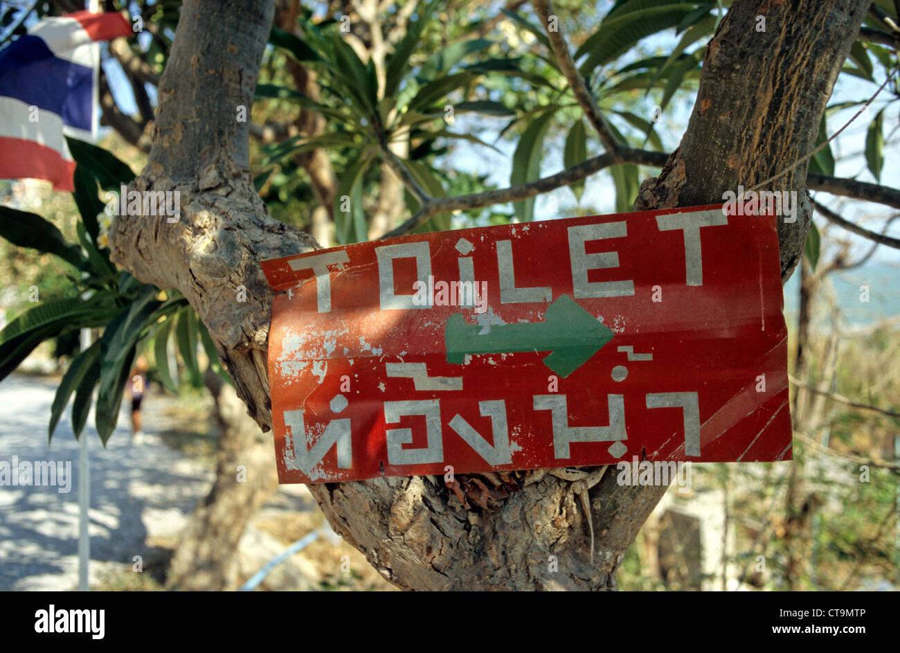 Tailandia, el sign-on un árbol-wc Foto de stock