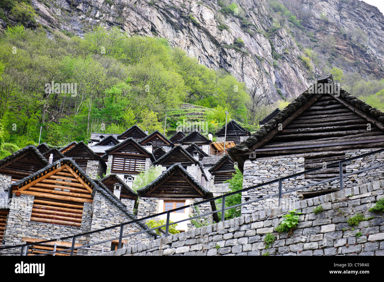 Las dificultades económicas y una población insostenible, muchos agricultores emigraron a Estados Unidos, Brontallo,Val Bavana,cerca de Locarno, Suiza Foto de stock