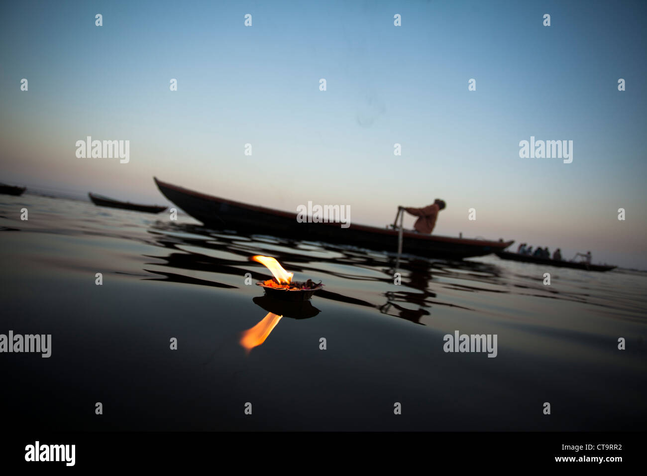 Lamplight con barco en el río santo Ganges(Ganges), Varanasi, Uttar Pradesh, India Imagen De Stock
