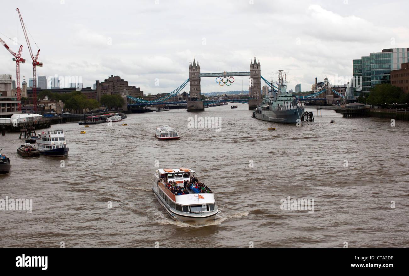 Un turista cruceros por el Río Támesis, cerca del Puente de Londres. Londres acogerá los Juegos Olímpicos de verano a partir del 27 de julio de 2012. Foto de stock