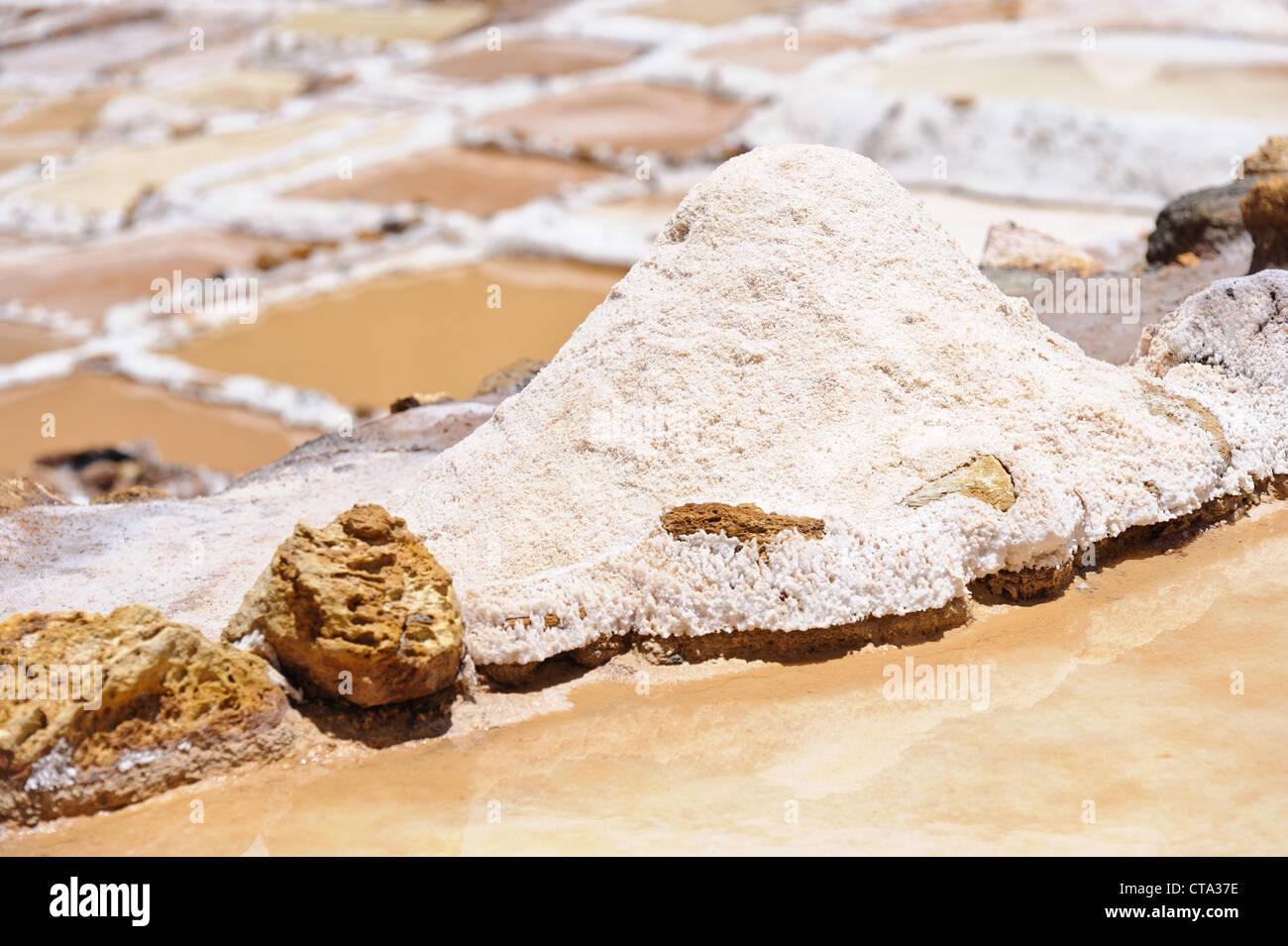 Salinas y montones de sal cerca de Maras, Perú. Imagen De Stock