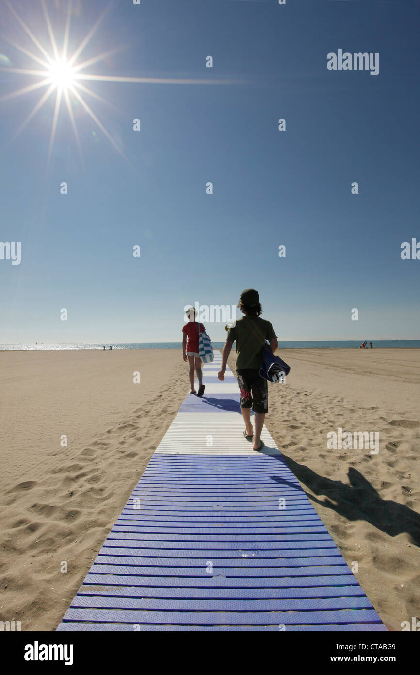 Niños en la playa por la mañana, Lido di Venezia, Venecia, Véneto, Italia Foto de stock