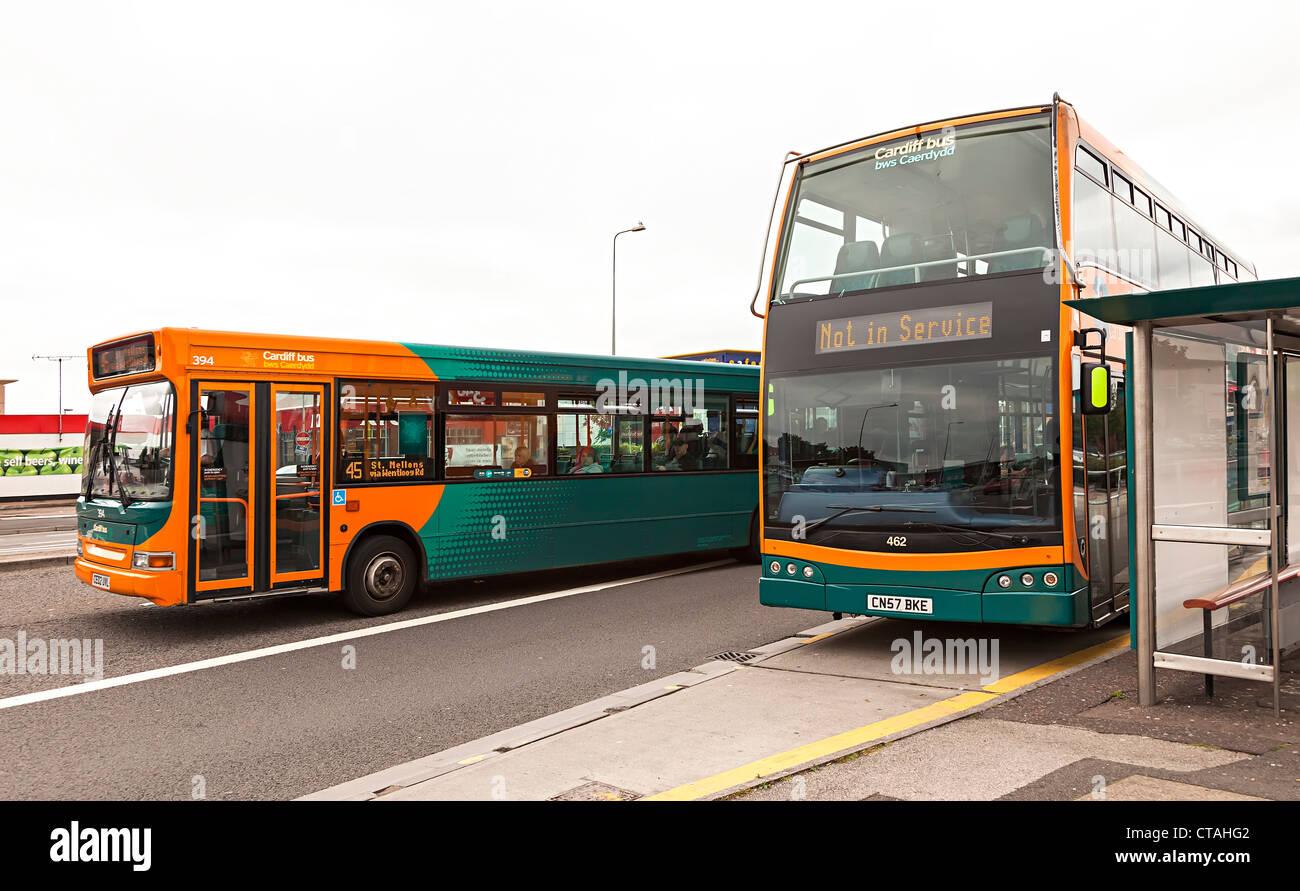 Dos buses, uno no está en servicio en la parada del autobús en una calle concurrida, Cardiff, Gales, Reino Imagen De Stock