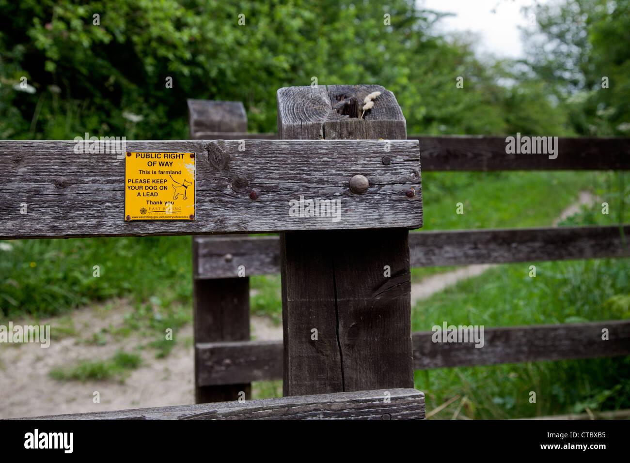 Mantenga la correa del perro a un signo de plomo Imagen De Stock