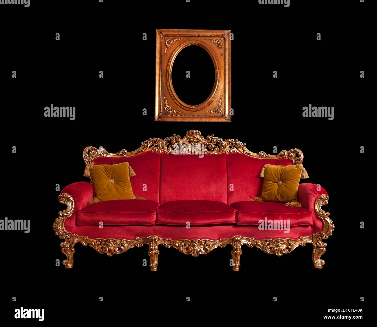 Rojo sofá barroca, aislado Foto de stock
