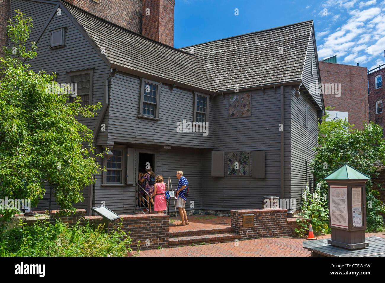 Los turistas en la casa de Paul Revere en el Freedom Trail, Plaza Norte, North End, Boston, Massachusetts, EE.UU. Imagen De Stock