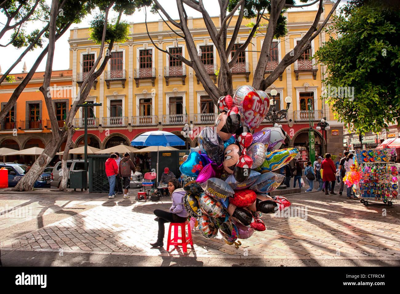 Personas que venden globos en el zocalo en Puebla, México Imagen De Stock