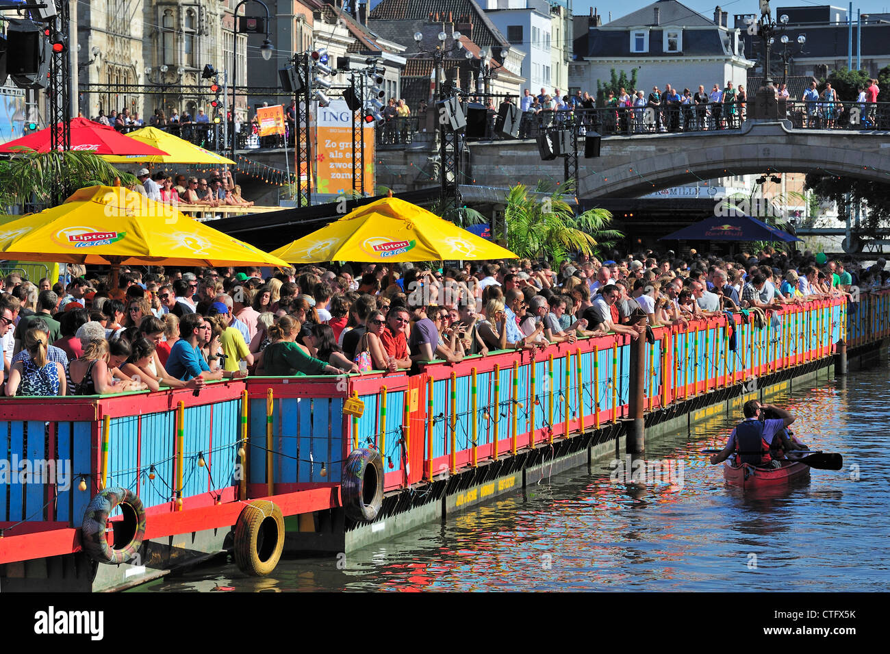 Los espectadores mirando en la animación Gentse Feesten / fiestas en Gante, Bélgica verano Foto de stock