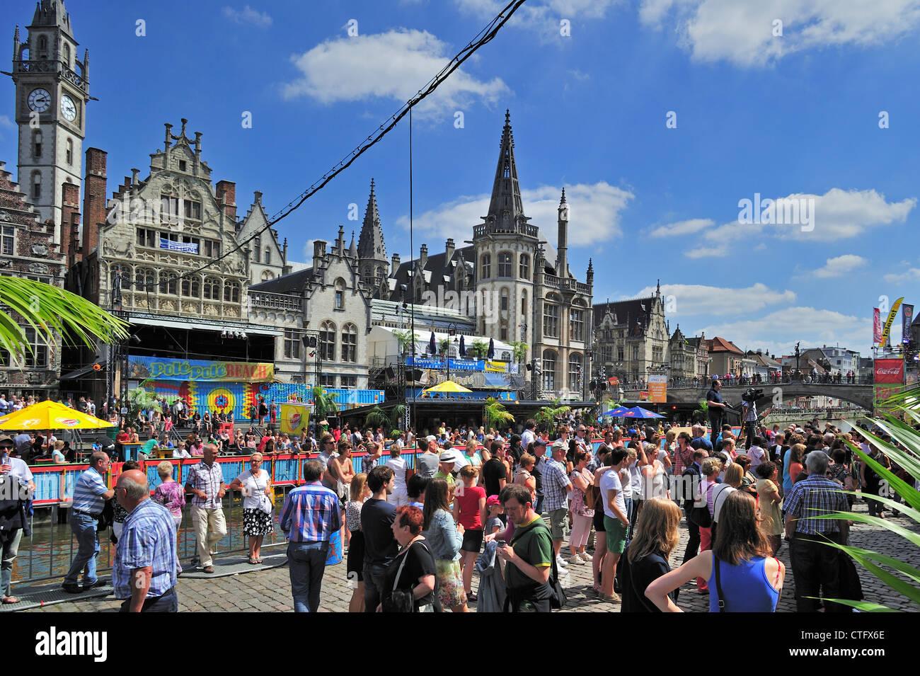 Animación de calle en el Korenlei durante el Gentse Feesten / fiestas en Gante, Bélgica verano Foto de stock