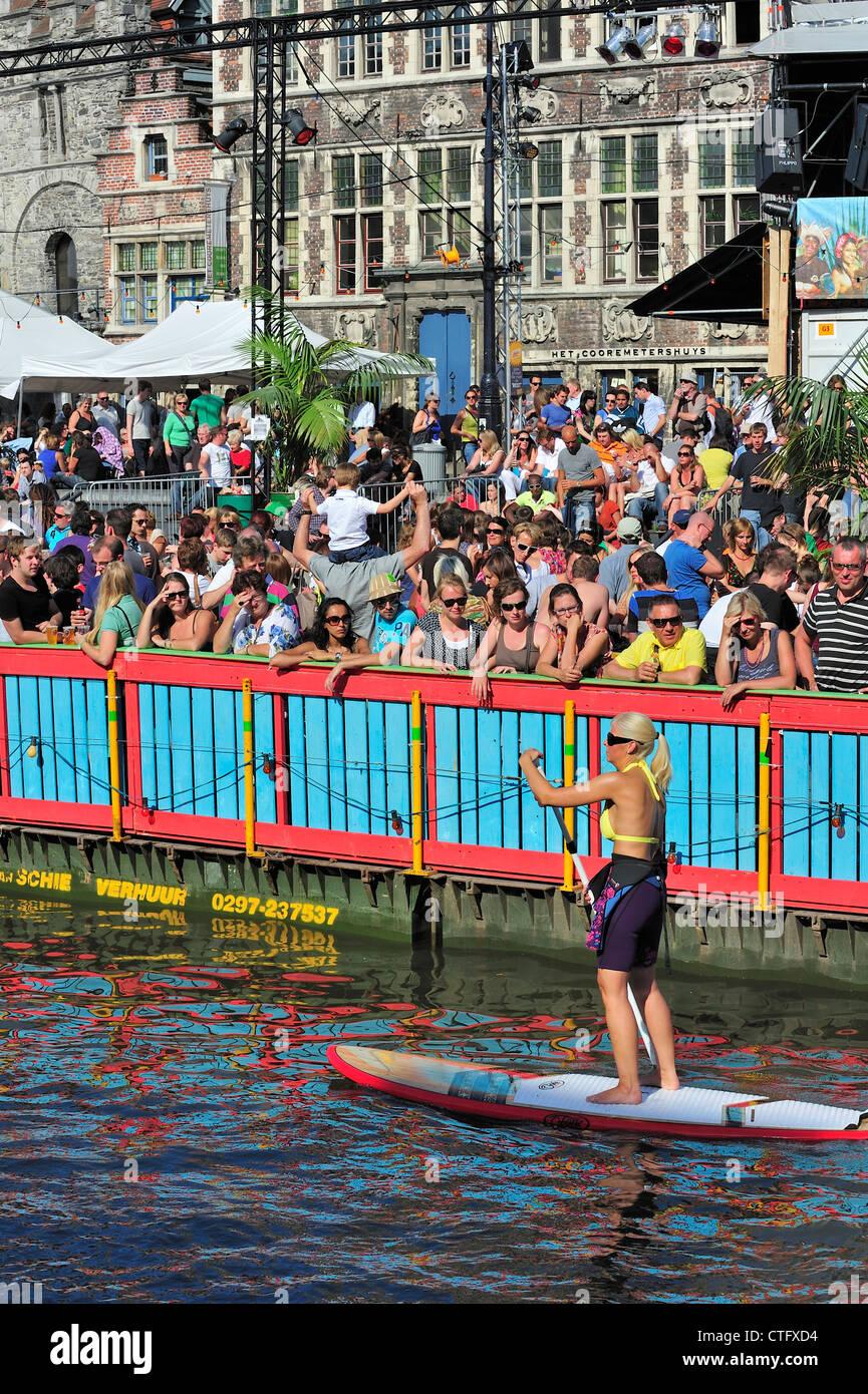 Los espectadores en el Gentse Feesten / fiestas en Gante, Bélgica verano Foto de stock