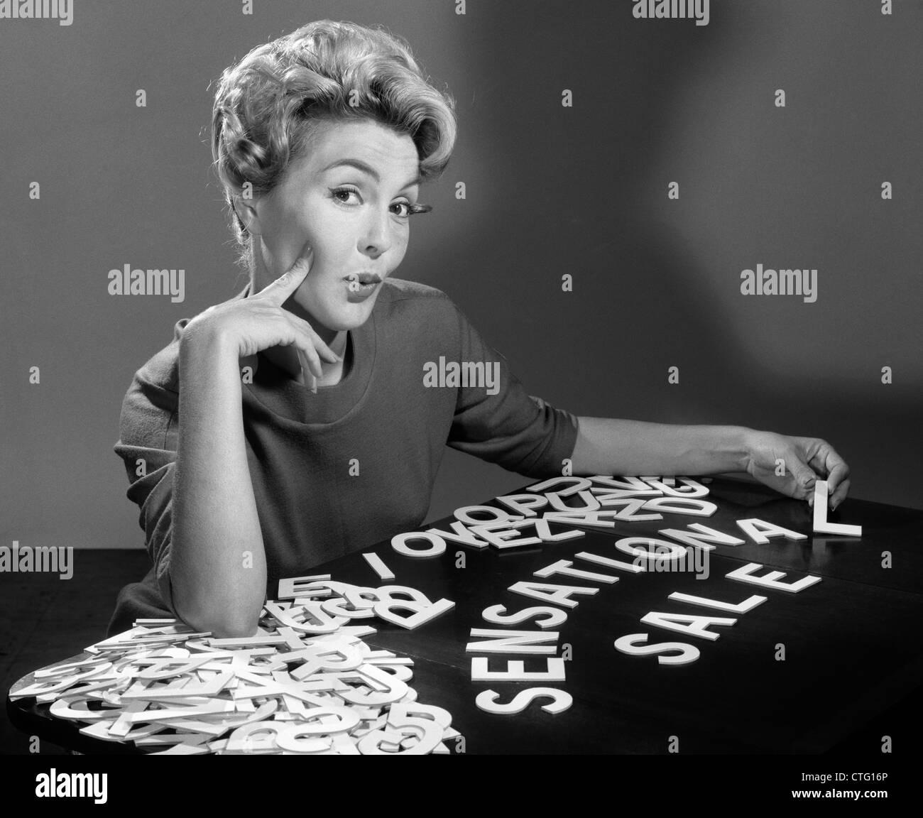 1950 1960 RETRATO MUJER RUBIA mirando a la Cámara de DELETREAR SENSACIONAL VENTA CON RECORTE LETRAS DE DISEÑO Imagen De Stock