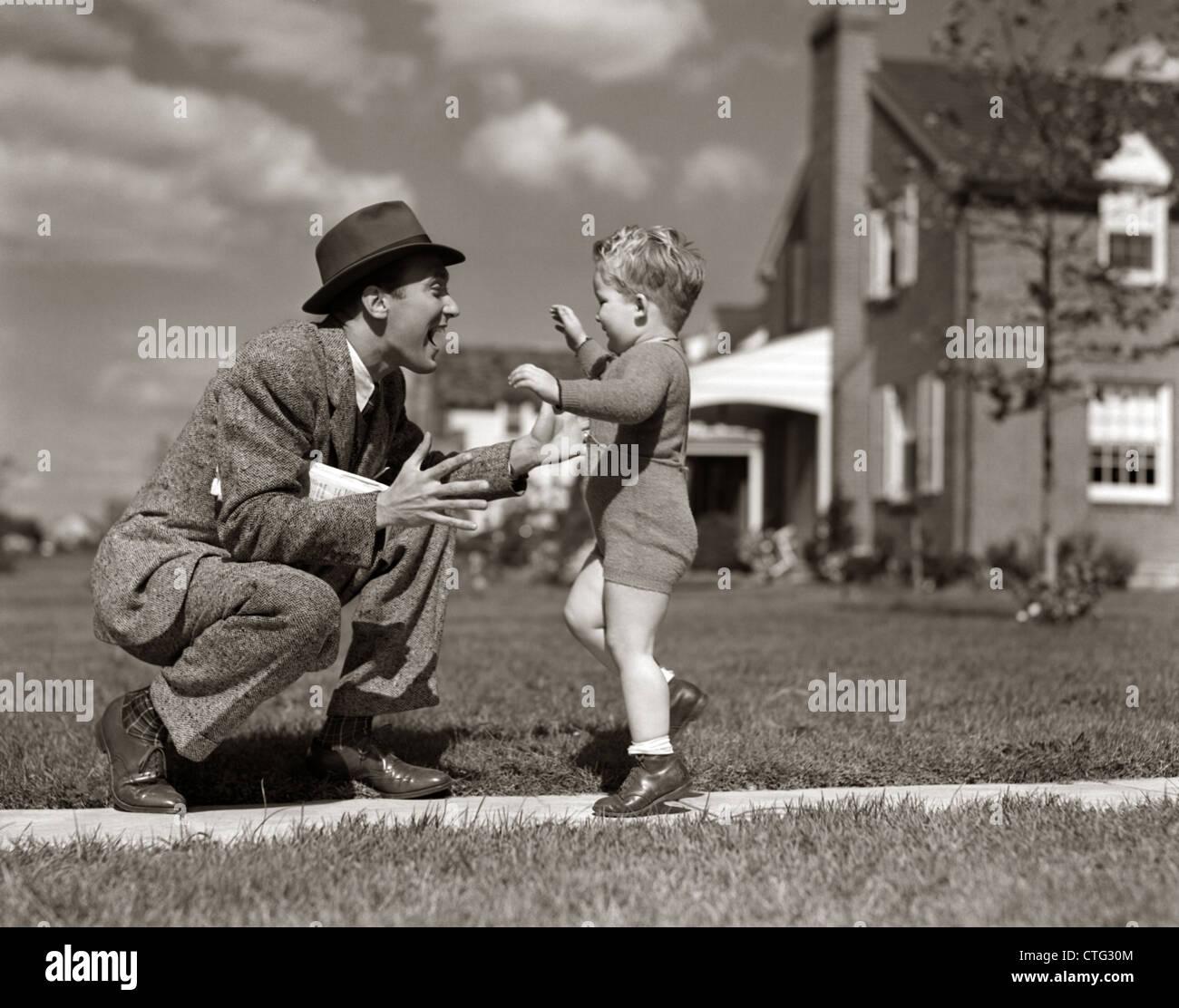 1940 Saludo padre hijo corriendo hacia él en acera Imagen De Stock