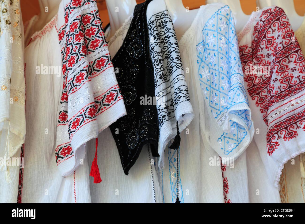 Womens camisas bordadas colgando en una tienda de regalos en el salvado 3a5525d228673
