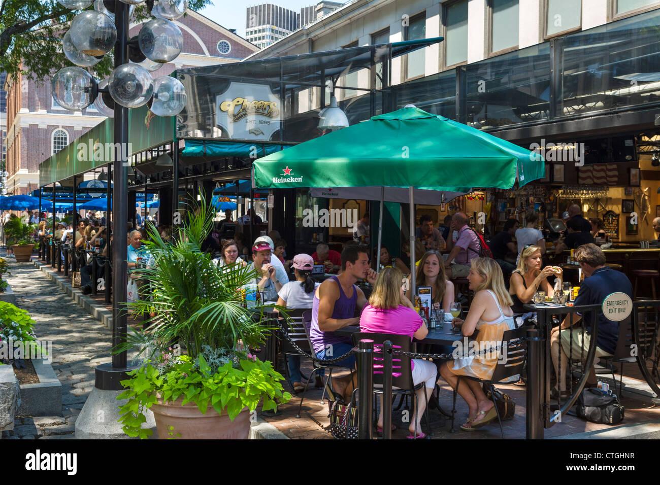 La terraza del bar Cheers, Quincy Market, en el centro histórico de Boston, Massachusetts, EE.UU. Imagen De Stock