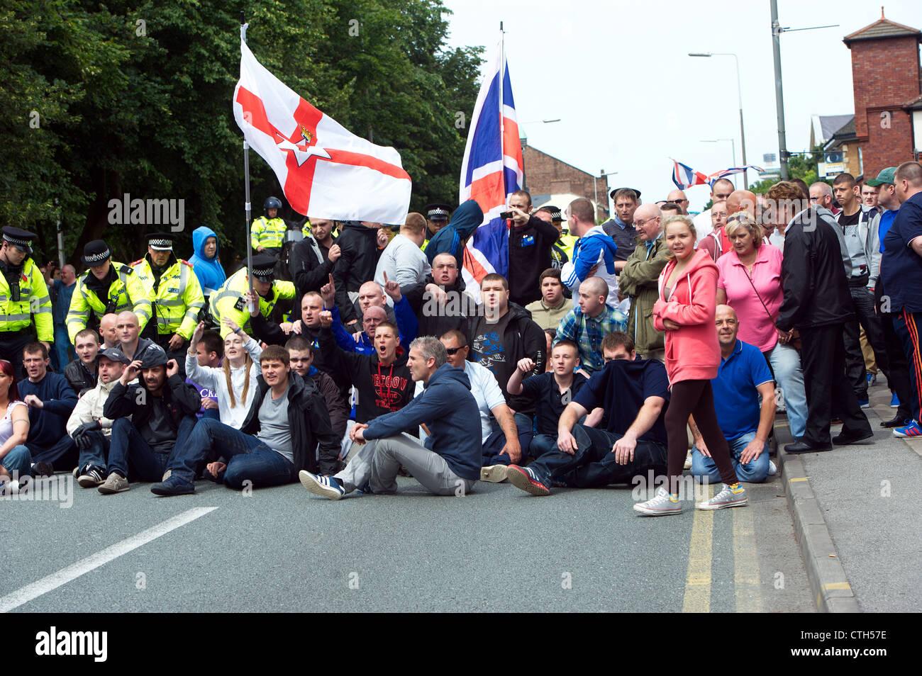 Los manifestantes de extrema derecha etapa a sentarse protesta en Park Road. James Larkin la Sociedad de Liverpool Imagen De Stock