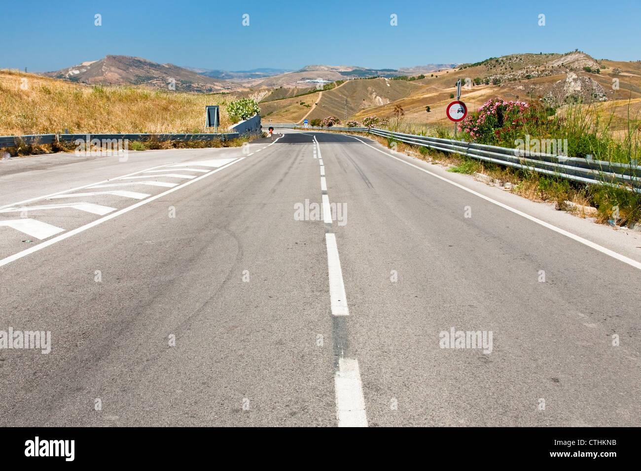 Autopista vacía en Sicilia en el día de verano Imagen De Stock