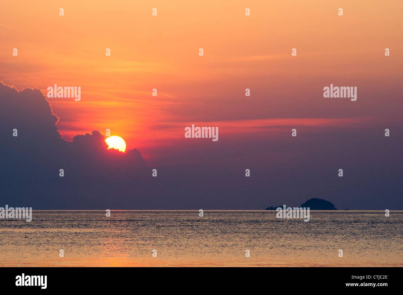 El atardecer en una isla tropical durante la marea baja, Pulau Tioman en Malasia Foto de stock