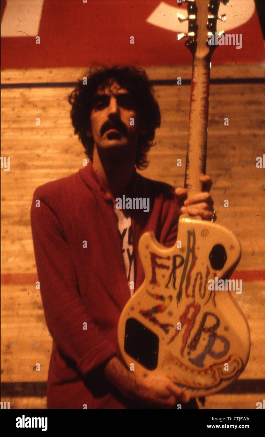 008337 - Frank Zappa backstage en Olympiahalle de Munich, el 3 de julio de 1980 Imagen De Stock